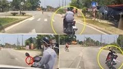 Sang đường ẩu, nam thanh niên bị ô tô tông ngã xuống đường