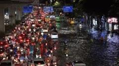 Đường Hà Nội ngập gần 1m sau cơn mưa: Ô tô sụt cống, nhiều xe máy ngã nhào