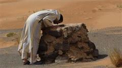 Tìm thấy 1 bình nước giữa sa mạc, người đàn ông không uống mà đánh liều làm một việc dù sắp chết khát và kết quả hơn cả mong đợi