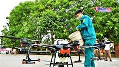 Bắc Ninh: Máy bay không người lái phun thuốc cho lúa vùng phong tỏa