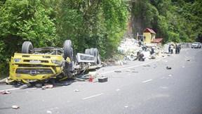 Hiện trường vụ xe tải đổ đèo Cù Mông lao vào vách núi, 2 người tử vong