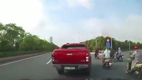 """Sợ quá lối rẽ, xe bán tải """"tạt đầu"""" ô tô, tông ngã 2 người phụ nữ đi xe máy"""