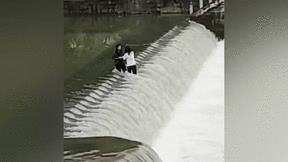 Đứng giữa dòng nước chụp ảnh, 2 cô gái bị cuốn trôi