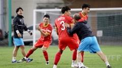 Tuyển VN chơi trò lạ, thầy Park 'tiếp tay' cho đồng đội bắt nạt Hải Quế
