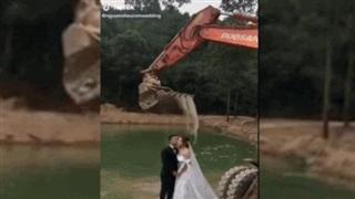 Video: Hài hước cảnh dùng máy xúc tạo thác nước để chụp ảnh cưới
