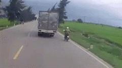 Xe máy cố vượt tự đâm cột mốc khiến 2 xe tải tông nhau