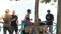 [ẢNH] Hà Nội: Người dân vẫn 'vô tư' tập thể dục, chụp ảnh không đeo khẩu trang ở Hồ Tây