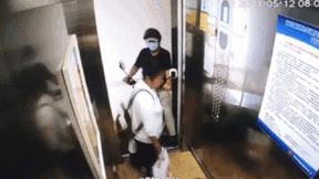 Hành động dũng cảm của người phụ nữ trong thang máy