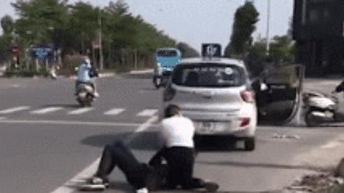 Khoảnh khắc tài xế taxi bị đâm trọng thương, vật lộn với tên cướp giữa phố Hà Nội: 'Giúp em với'