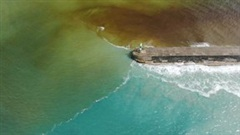 Hiện tượng nước biển 2 màu tuyệt đẹp xuất hiện ở xứ Wales