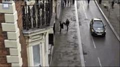 Cảnh sát một mình truy đuổi hạ gục côn đồ giữa phố