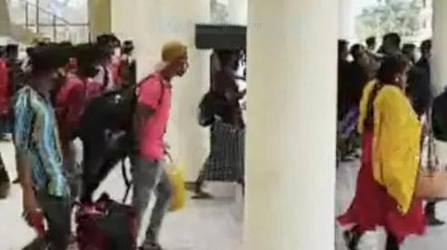 Cảnh hỗn loạn trong 'cơn bão' Covid-19 ở Ấn Độ: Đoàn người lũ lượt tháo chạy để khỏi phải xét nghiệm khiến cơ quan chức năng cũng bất lực