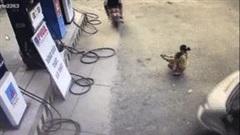 Khoảnh khắc mẹ chỉnh dép cho con ở cây xăng suýt bị ô tô cán