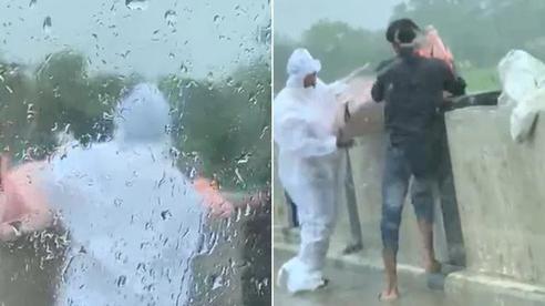 Dân mạng Ấn Độ sục sôi thấy cảnh 2 người đàn ông khiêng thi thể bệnh nhân Covid-19 thả xuống sông, cảnh sát lập tức vào cuộc