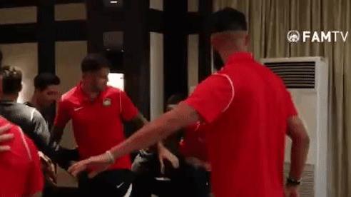 Cầu thủ tuyển Malaysia dàn cảnh đánh nhau khiến HLV trưởng bối rối trong ngày sinh nhật