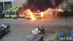 Xe buýt điện phát nổ khiến nhiều xe khác bị thiêu rụi ở Trung Quốc