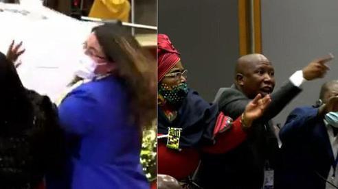 Clip: Tranh nhau thùng phiếu, nghị sĩ tự xé áo rồi tung cước vào nữ đồng nghiệp giữa cuộc họp