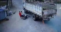Khoảnh khắc hai thanh niên may mắn thoát chết khi bị ngã vào gầm xe tải