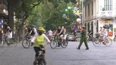 6 chốt ngăn việc đạp xe, tập thể dục ở hồ Gươm: Nhiều người vẫn phớt lờ