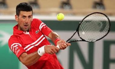 Clip Djokovic hét lớn, đá biển quảng cáo khi lỡ match-point
