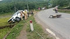 Khoảnh khắc thanh niên đi xe máy vượt ẩu, tông trực diện xe bán tải