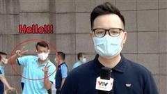 'Ông chú thủ môn' Tấn Trường mặn mòi thật sự, 'dám' trêu cả phóng viên VTV lúc đang ghi hình