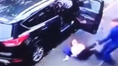 Gã đàn ông lôi xềnh xệch người phụ nữ để cướp xe, sự xuất hiện của 3 nhân vật ở ghế sau khiến tất cả 'xôi hỏng bỏng không'