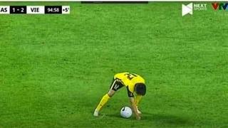'Bắt gọn' cảnh cầu thủ Malaysia chơi xấu trên sân, CĐV không lý giải nổi mục địch phía sau