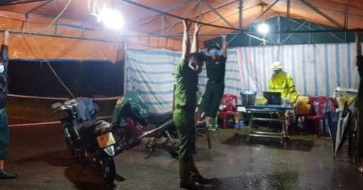 Chống bão nơi tuyến đầu chống dịch: Chiến sĩ công an 'đu mình' giữ chốt trong mưa lớn, bữa ăn nước ngập dưới chân lại càng xót xa hơn