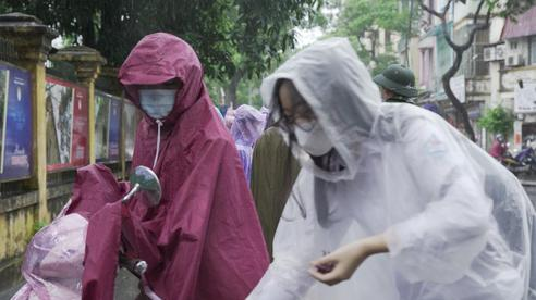 Hà Nội: Mưa tầm tã, thí sinh vất vả 'đội mưa' đến điểm thi môn Toán và Lịch sử