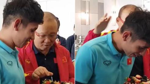 Thầy Park 'đầu têu' cho ĐT Việt Nam úp bánh kem vào mặt Hồng Duy, nhưng cái kết thật bất ngờ