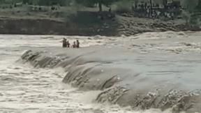 Thử thách kinh hoàng với 4 cậu bé trên dòng sông lũ