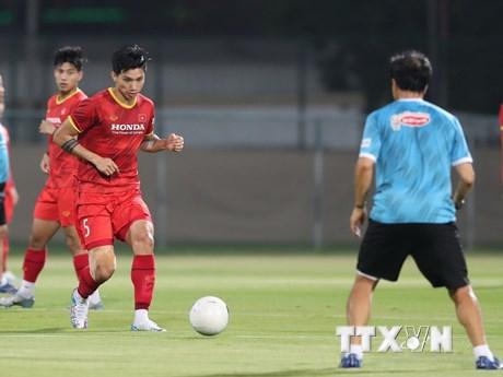 [Photo] Đội tuyển Việt Nam tập buổi cuối cùng trên sân Al Ahli
