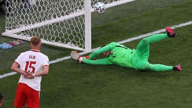 Phản lưới nhà, thủ môn Szczesny lập kỷ lục chưa từng có ở EURO