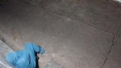 Khoảnh khắc người cán bộ chốt kiểm soát ở tuyến đầu chống dịch nằm vật xuống hiên nhà bên đường khiến ai cũng xót xa