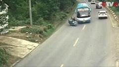 Sang đưởng ẩu, nam thanh niên bị húc bay khỏi thùng xe ba gác