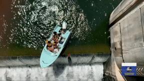 Hãi hùng cảnh thuyền chở khách thăm quan chênh vênh sát mép đập