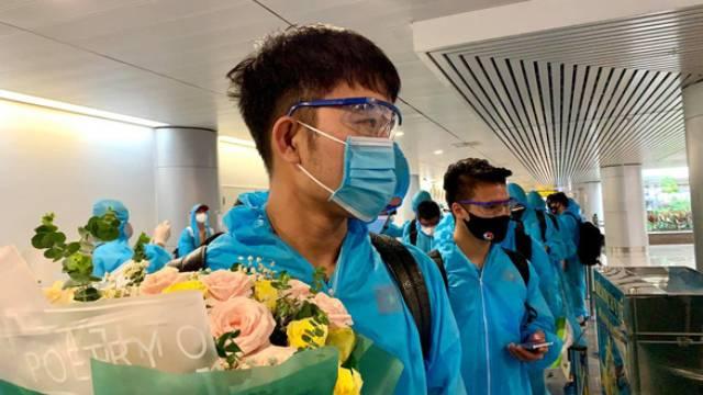 Toàn cảnh đội tuyển Việt Nam về đến Sài Gòn: Thầy Park quá dễ thương, cầu thủ mlem hết cỡ còn hàng xóm bật mode 'hóng' nhiệt tình