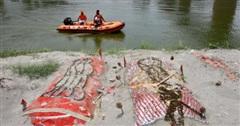 Sông Hằng - con sông không biết nói dối về thảm kịch Covid-19 ở Ấn Độ: Thi thể nổi lềnh bềnh và những tấm khăn liệm màu cam ẩn chứa sự thật chua xót