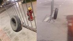 Bị bảo vệ khóa, chủ ô tô quyết định dùng biện pháp 'bánh ơi ở lại xe đi nhé'