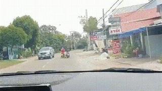 Hai nữ ninja 'bon mồm' dừng tán chuyện giữa đường khiến tài xế đi sau phanh dúi dụi