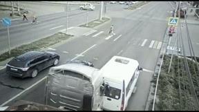 Xe đầu kéo đâm lật xe khách, tài xế ngang nhiên bỏ chạy