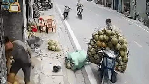 Cô gái đâm thẳng vào xe chở dừa khiến 2 người đàn ông 'đứng hình', camera bóc hành động lạ trước đó