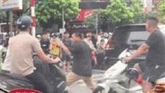 2 người đàn ông đấm bốc giữa phố Hà Nội, sự xuất hiện của một bà chị liền dẹp yên mọi xích mích