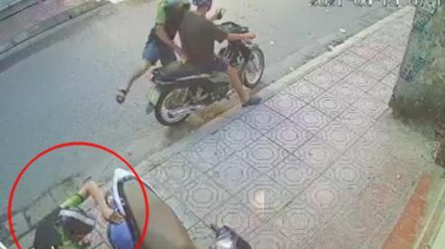 Thanh niên phá cốp xe máy chỉ trong 'phút mốt', lấy 1 thứ khiến nhiều người tò mò