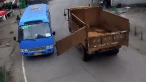 Cửa sau xe ben tuột đập vỡ kính lái xe buýt chạy ngược chiều