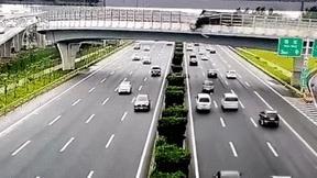 Xe ben lật nghiêng trên cầu khiến nhựa đường đổ trúng nhiều ô tô