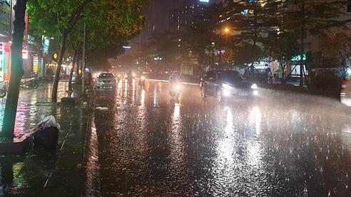 Hà Nội: Mưa lớn kèm sấm chớp ập đến sau chuỗi ngày nắng nóng gay gắt kéo dài