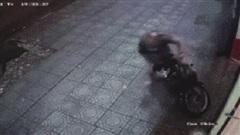 Clip: Bị trộm xe, cô gái ở Sài Gòn lao ra 'tung cước' giải quyết trong một nốt nhạc