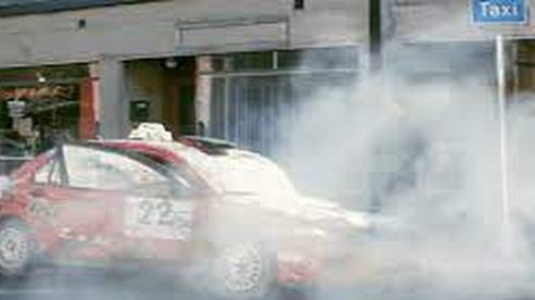 Taxi bốc khói khi dừng đón khách, nguyên nhân do thói quen khó bỏ của tài xế